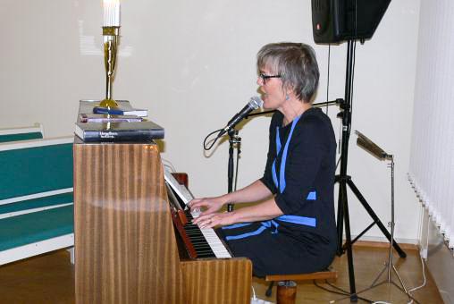 Marjut soittaa ja laulaa
